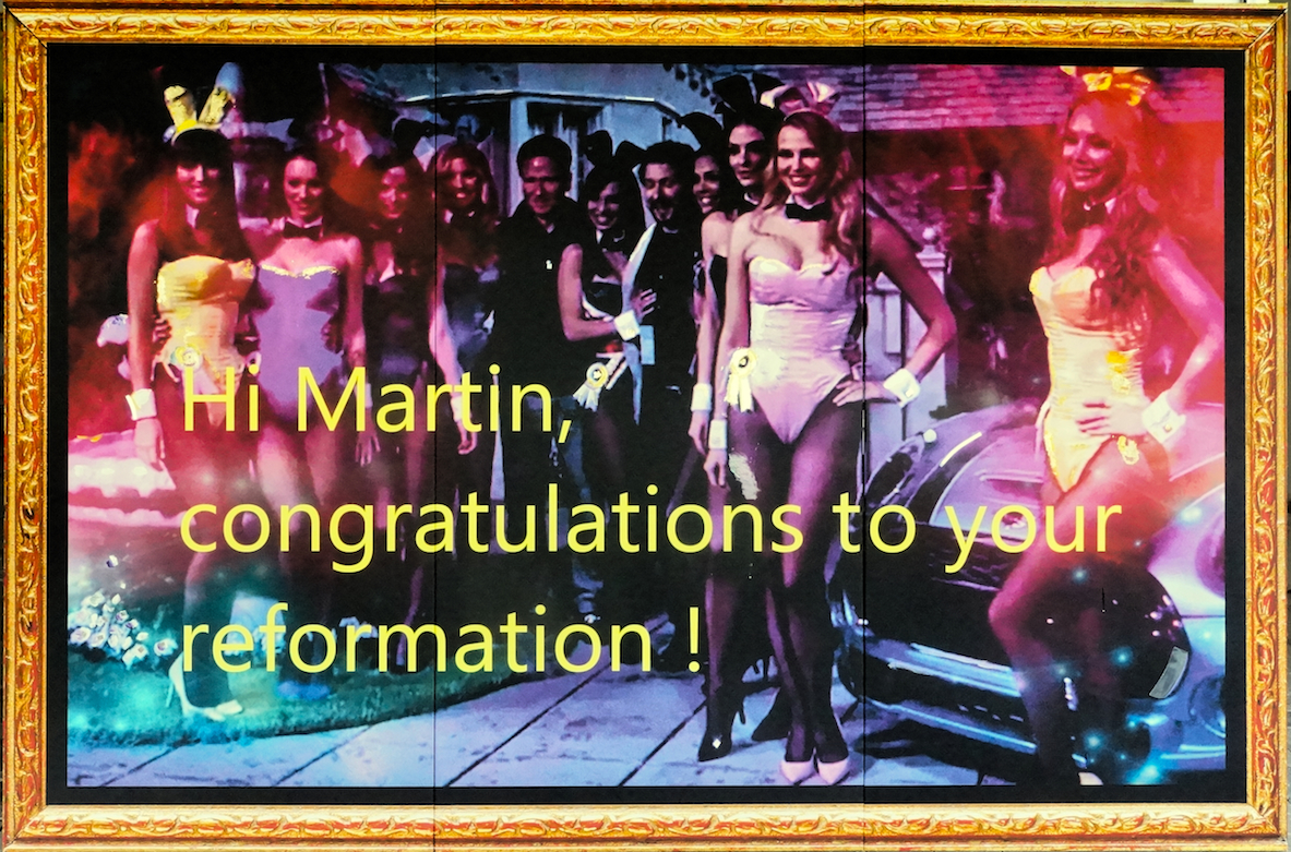 Sylvester Antony: Hi Martin, congratulations to your reformation, 2016, Digitaler Fotoprint vom Screenshot, Pigment und Gold auf Leinwand, 200 x 300 cm